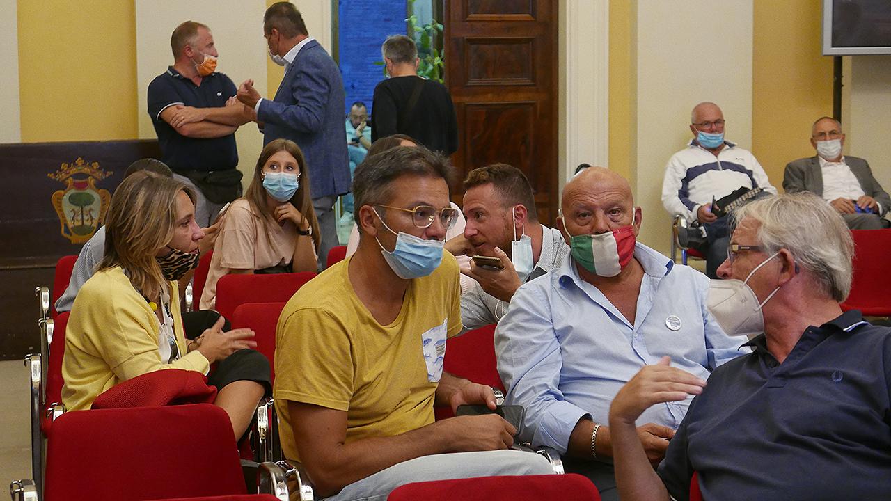 L'attesa nell'aula consiliare di Senigallia dell'esito elettorale