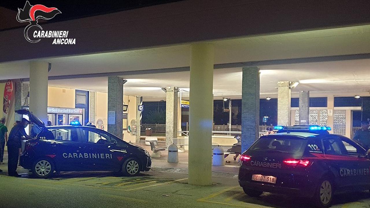 I controlli dei carabinieri presso la stazione ferroviaria di Senigallia