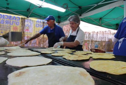 Urbania, sembra una piadina ma è il crostolo: strutto, latte e farina per celebrare la tradizione
