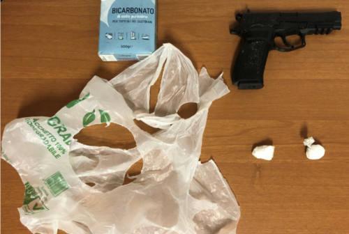 Pesaro, cocaina e pistola giocattolo per le estorsioni: arrestato 19enne