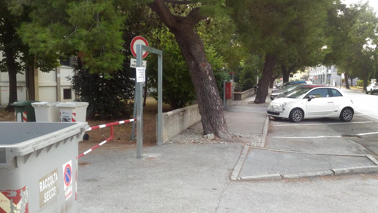 Uno dei tanti marciapiedi di Senigallia inaccessibili ai disabili