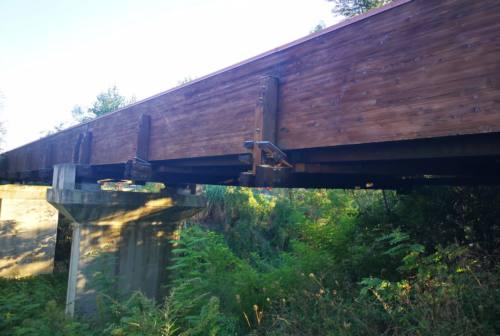 Vallefoglia, chiusa la passerella ciclopedonale in legno sul Foglia per cedimenti