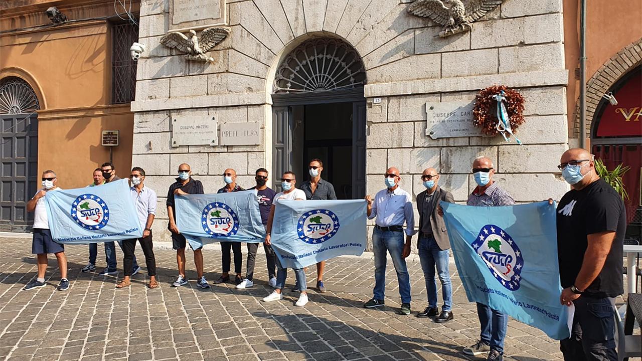 La protesta sotto la prefettura di Ancona del sindacato Siulp per le condizioni di lavoro degli agenti del XIV Reparto mobile di Senigallia