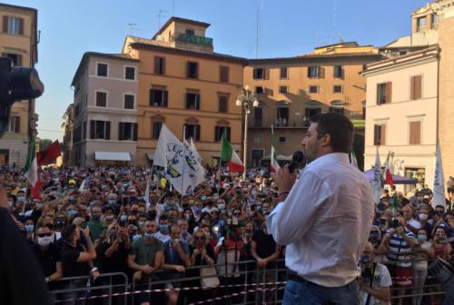 Jesi, Salvini riempie piazza della Repubblica. Corteo di contestazione dei centri sociali
