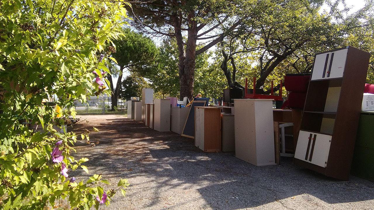 Nel giardino della scuola dell'infanzia Cesanella a Senigallia, sono ancora presenti i vecchi arredi da sistemare in base alle norme anti covid