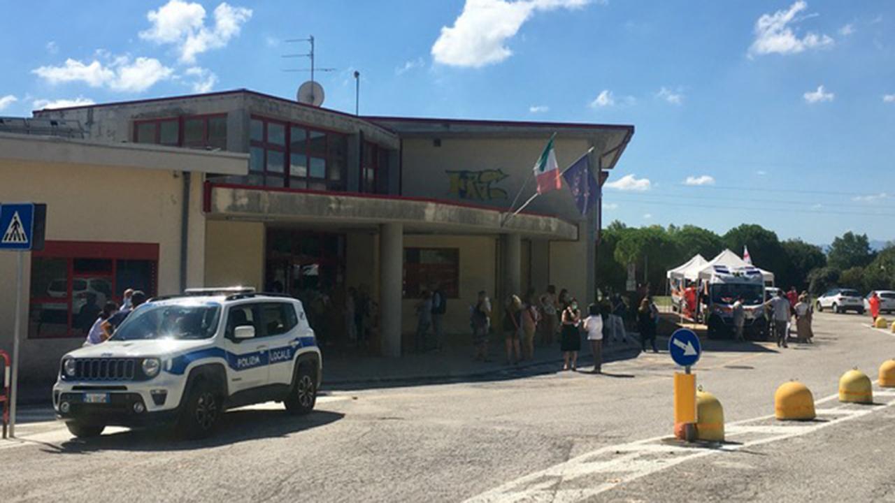 """Circa 400 gli insegnanti e il personale ata che si sono recati presso la scuola """"Sanzio"""" a Marina di Montemarciano, per i test sierologici rapidi in vista del nuovo anno scolastico"""