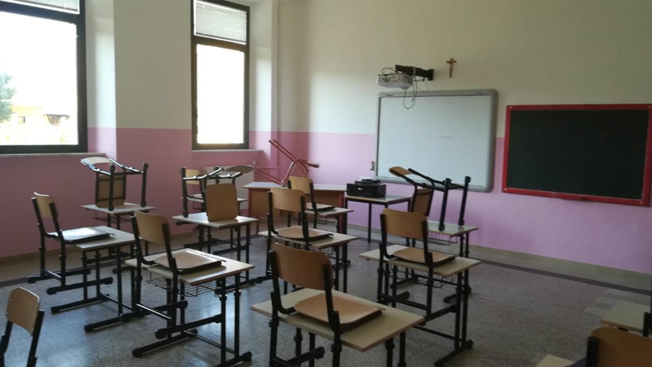 La scuola con i nuovi banchi mono posto a Ostra
