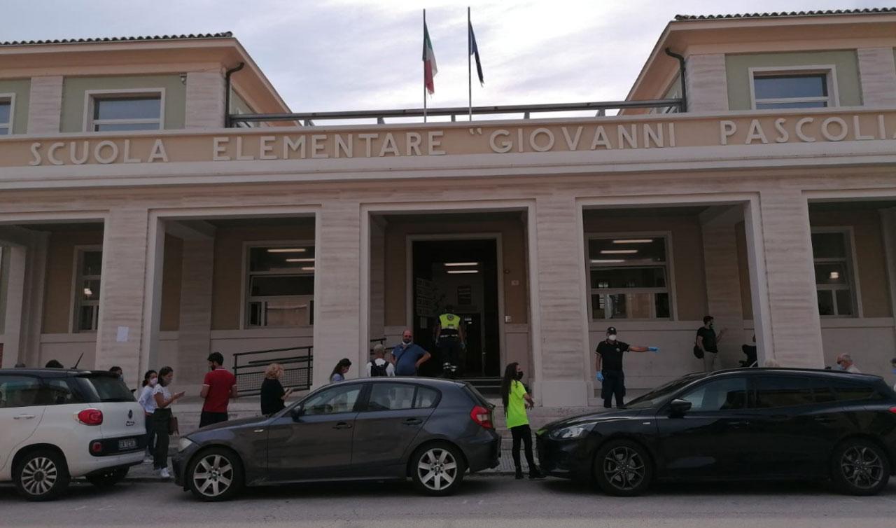 Elezioni regionali, comunali e referendum: gli elettori in fila per votare al seggio allestito nella scuola Pascoli, a Senigallia