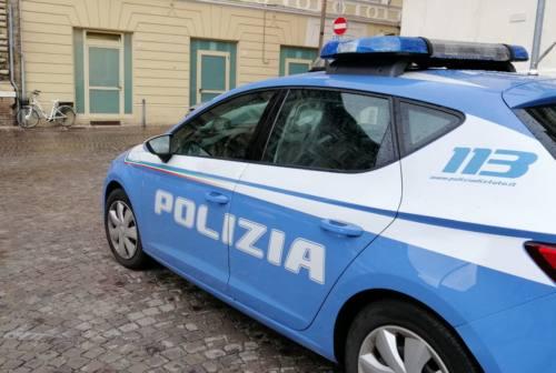 Pesaro, dice di dover controllare gli effetti del vaccino, ma sparisce il portafogli