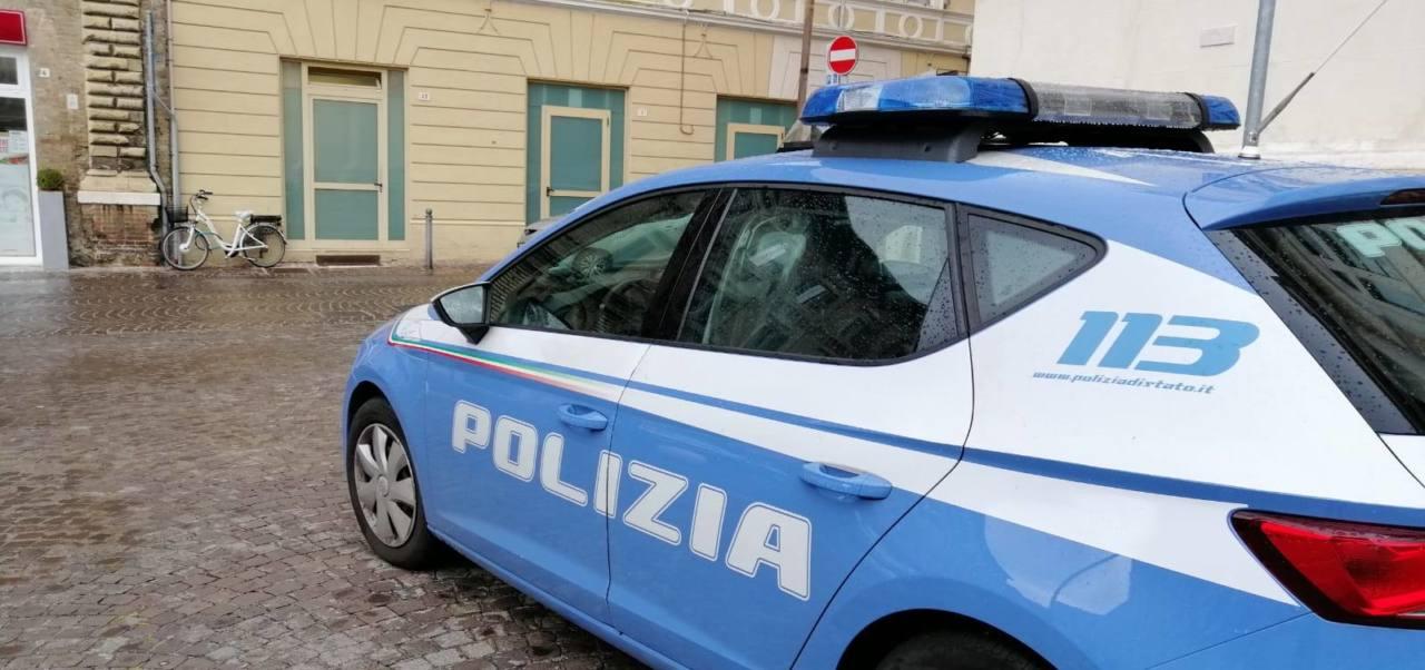 L'auto della Polizia davanti alla questura di Pesaro