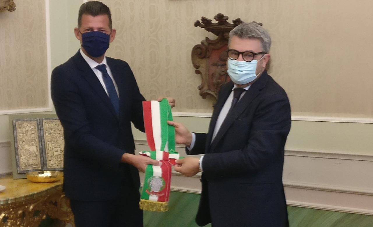 Maurizio Mangialardi passa la fascia da sindaco di Senigallia al neo eletto Massimo Olivetti