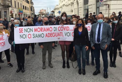 Falconara, ristoratori e commercianti manifestano contro il Dpcm: «Vogliamo lavorare»