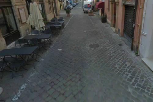 Fano, ladri in azione in un negozio del centro storico: svuotato il registratore di cassa