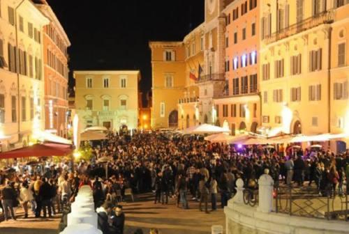 Ancona, luci spente in Piazza del Papa: la movida abbassa le saracinesche