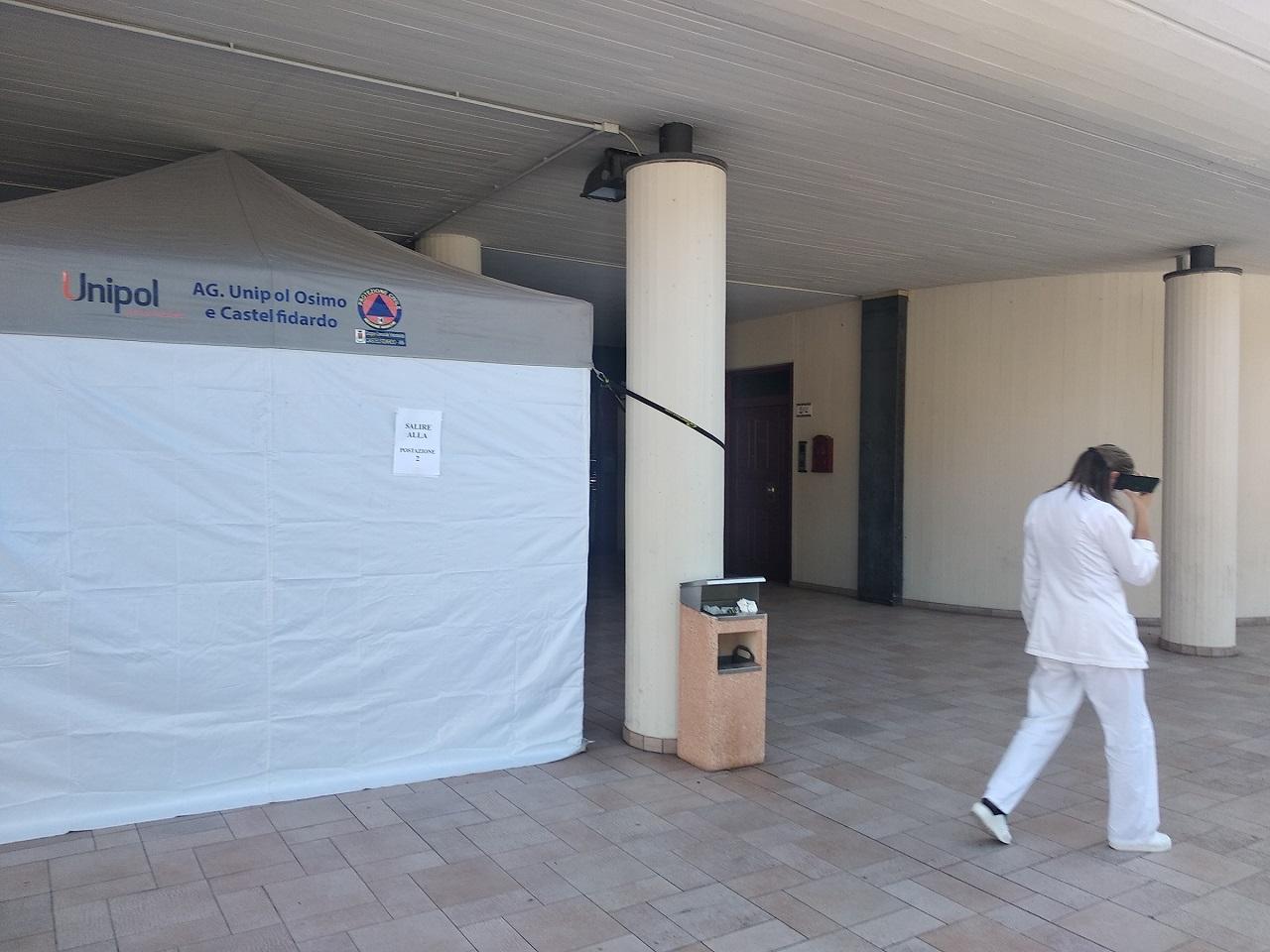 Una delle due tende per i vaccini a Castelfidardo