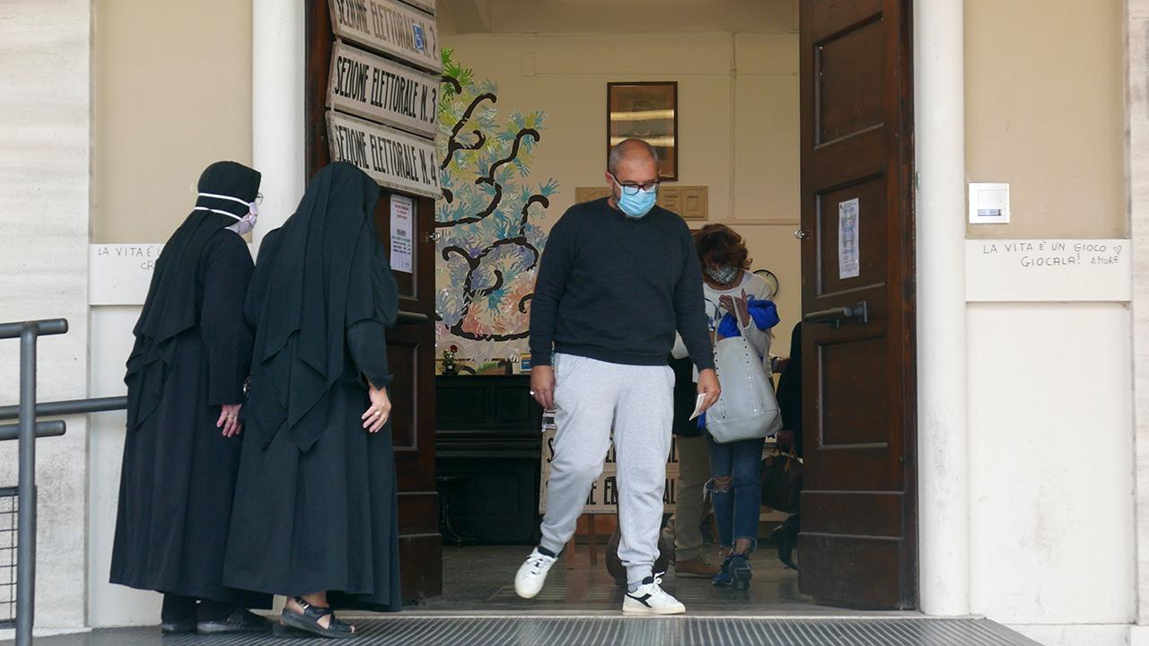 Tanti elettori si sono recati alle urne a Senigallia per il ballottaggio tra Volpini e Olivetti: il seggio alla scuola Pascoli