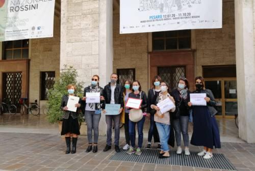 Pesaro, sit-in delle agenzie viaggi sotto il Comune e battibecco col sindaco