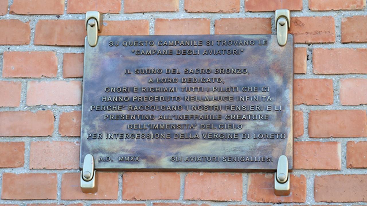 L'inaugurazione dell'epigrafe che ricorda come le campane della chiesa S.Pio X, al Ciarnin di Senigallia, siano state volute fortemente dal gruppo Aviatori Senigalliesi