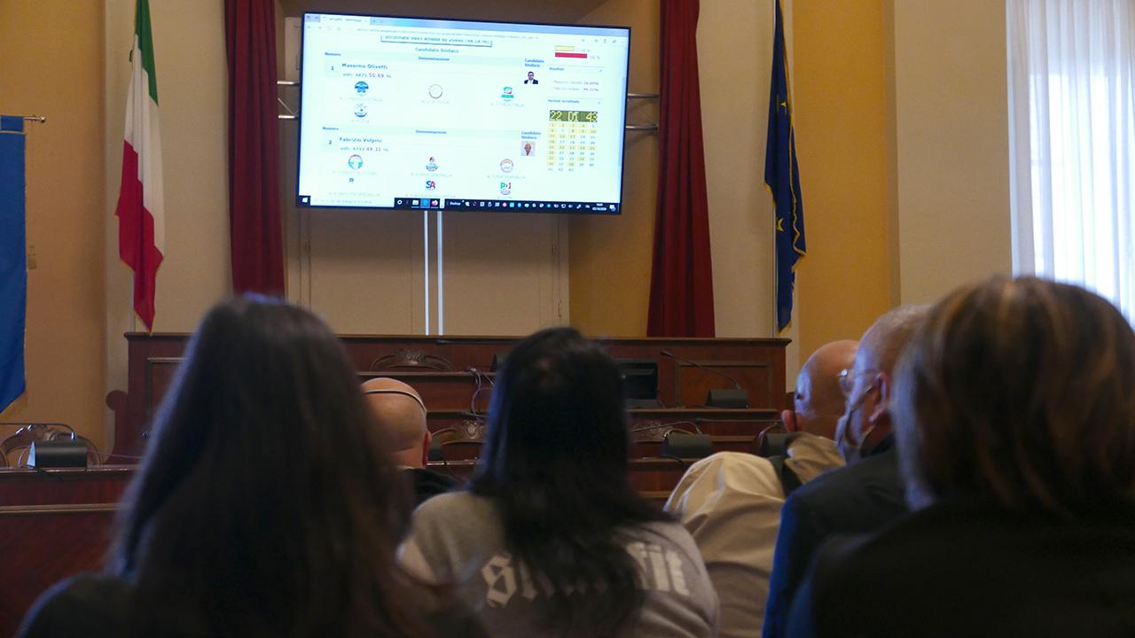 L'aula consiliare di Senigallia in attesa dei risultati del ballottaggio