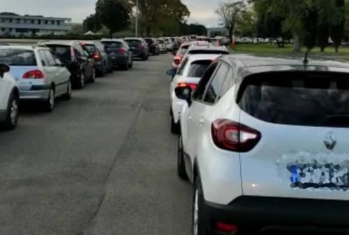 «Un'ora di coda in auto a Fano per il tampone a nostro figlio». Una coppia racconta l'odissea