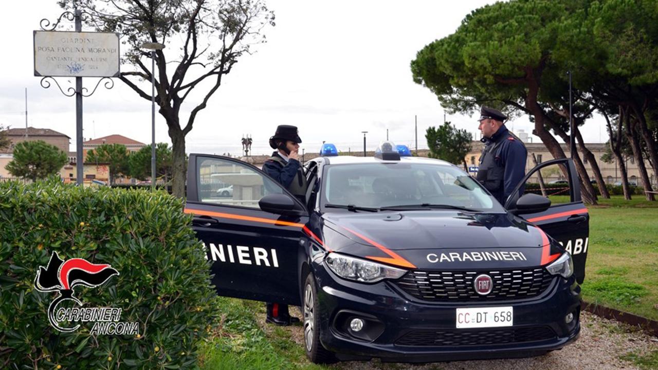 I controlli dei Carabinieri di Senigallia ai giardini Morandi per contrastare lo spaccio e verificare il rispetto delle norme covid