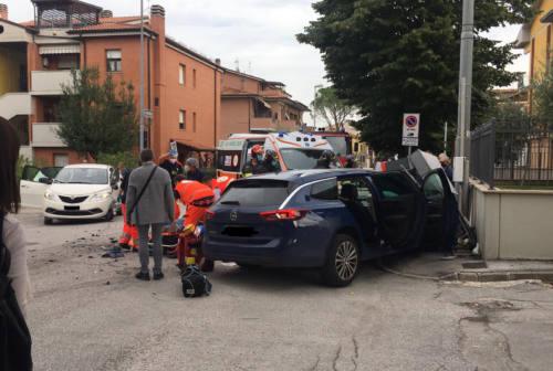 Jesi, scontro tra due auto: quattro feriti tra cui due bimbi. I residenti insorgono
