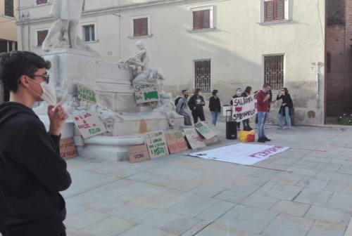 """Jesi: studenti in corteo per il """"Fridays for Future"""", giù i cartelli solo per pulire i giardini"""