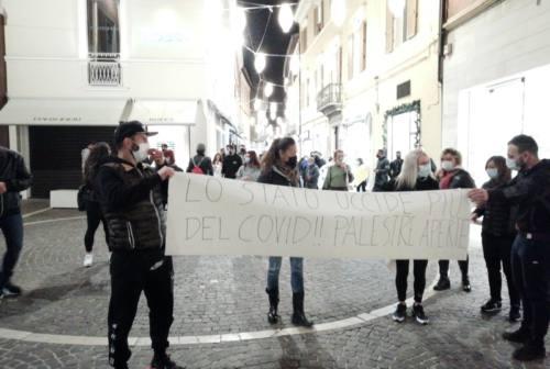 Pesaro, sale la protesta in piazza: «Lo Stato uccide più del Covid»