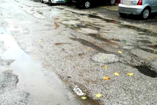 Fano, i cittadini denunciano lo stato pessimo del manto stradale davanti alla Scuola Media Nuti
