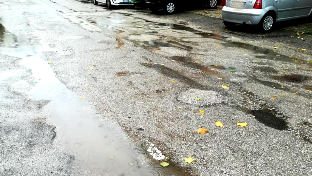 Il manto stradale davanti la Scuola Media Nuti