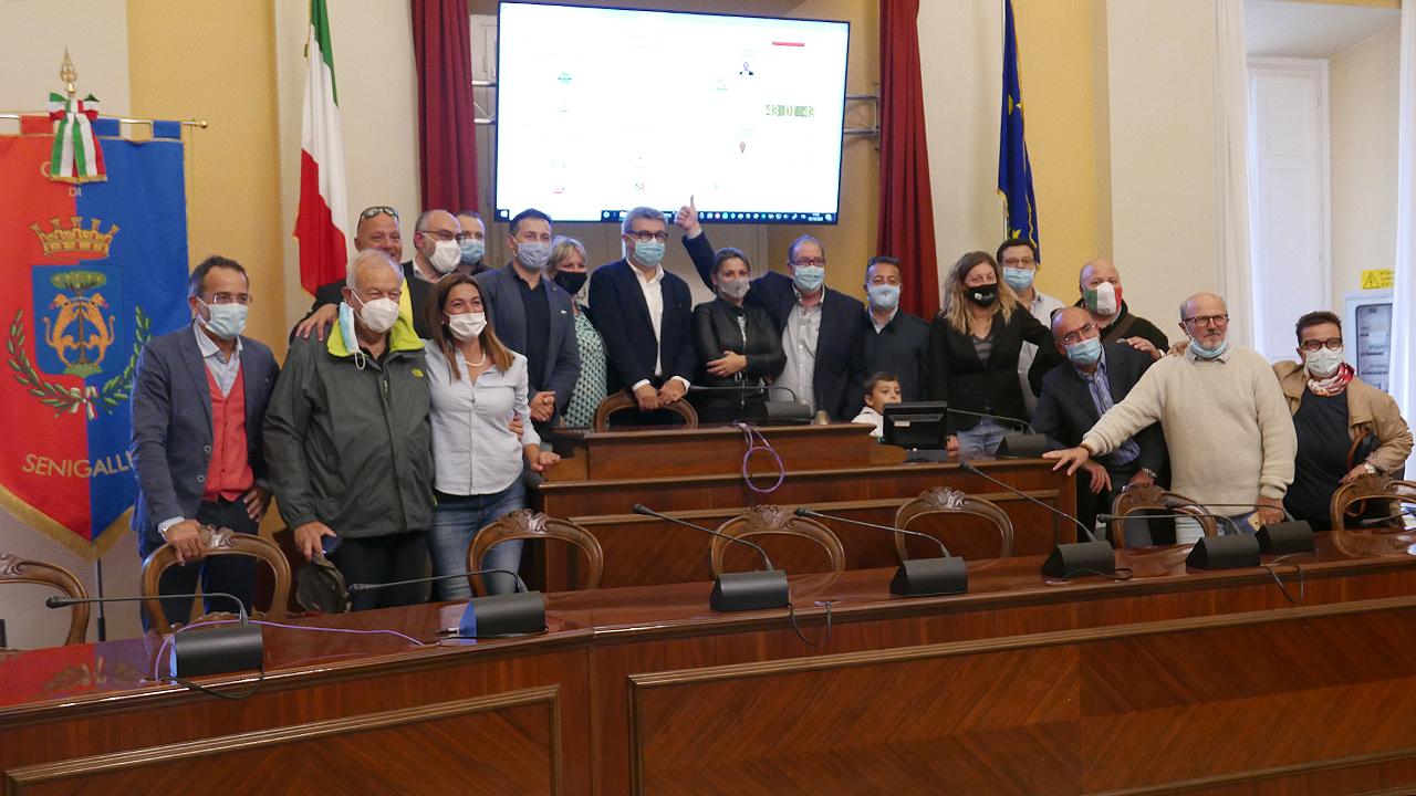 Il neo sindaco di Senigallia Olivetti e alcuni componenti della coalizione di centrodestra