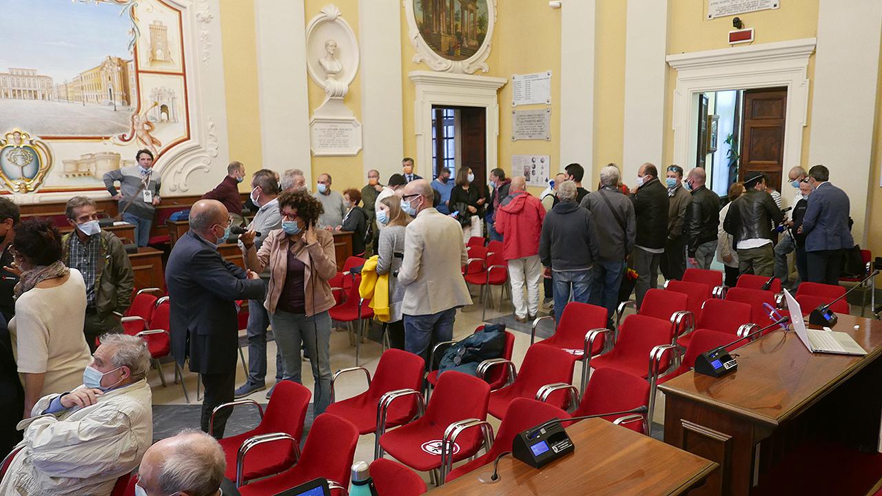 Aula consiliare festante a Senigallia per la vittoria al ballottaggio di Massimo Olivetti