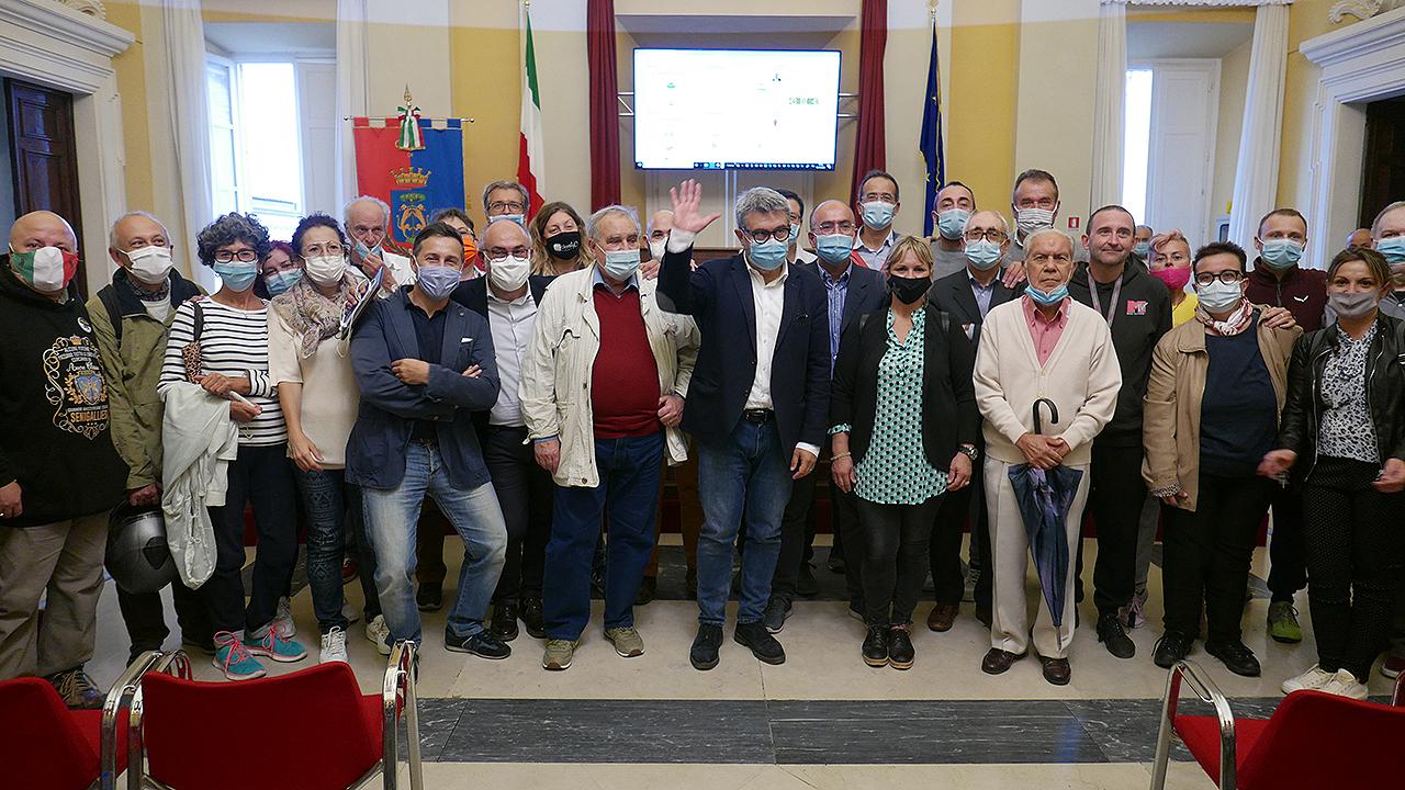 Olivetti saluta i suoi sostenitori in aula consiliare