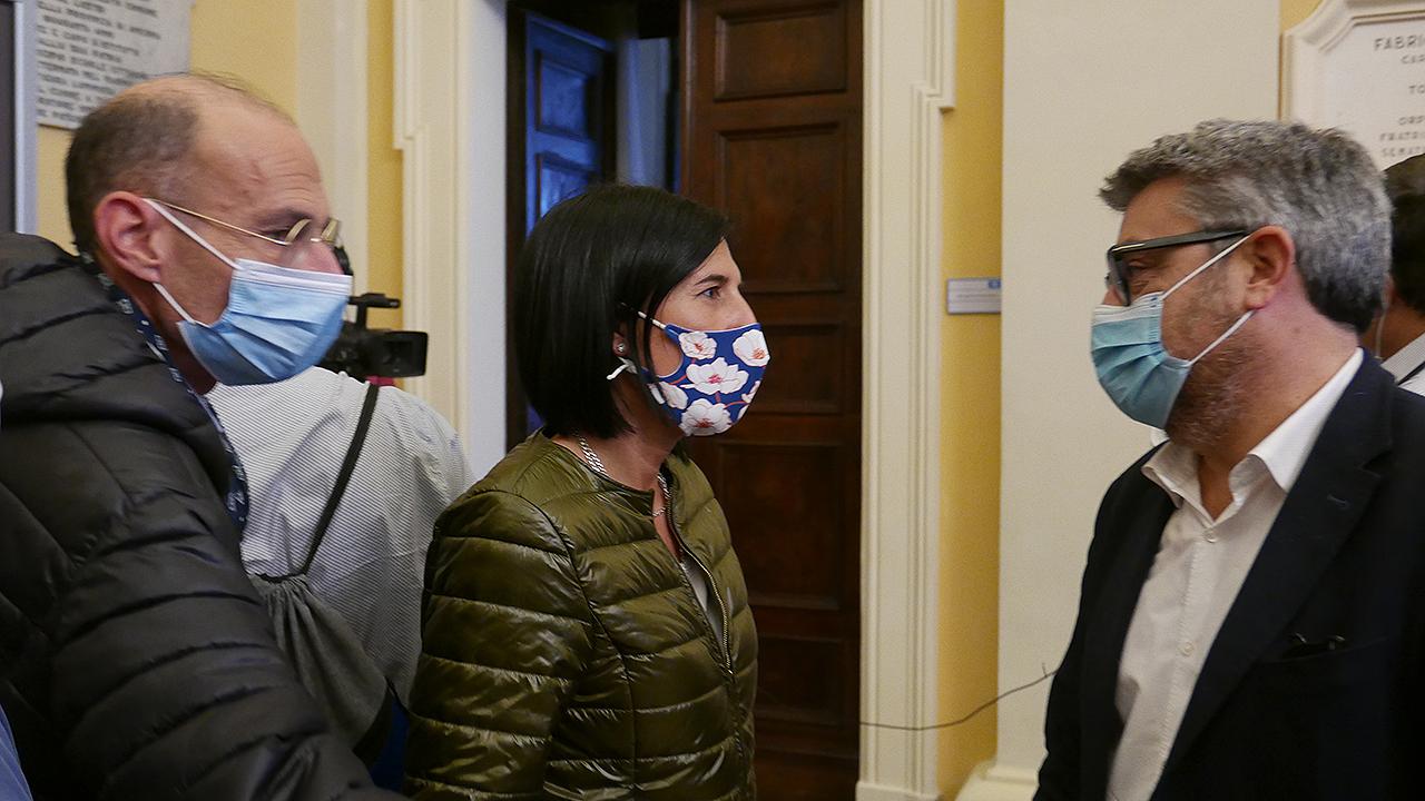 Simone Ceresoni e Ludovica Giuliani, ex assessori di centrosinistra, salutano il nuovo sindaco di Senigallia Massimo Olivetti