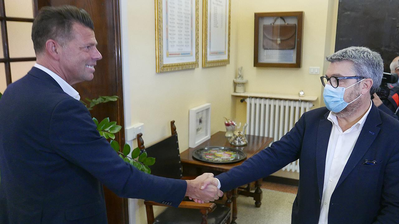 Maurizio Mangialardi stringe la mano al nuovo sindaco di Senigallia, Massimo Olivetti