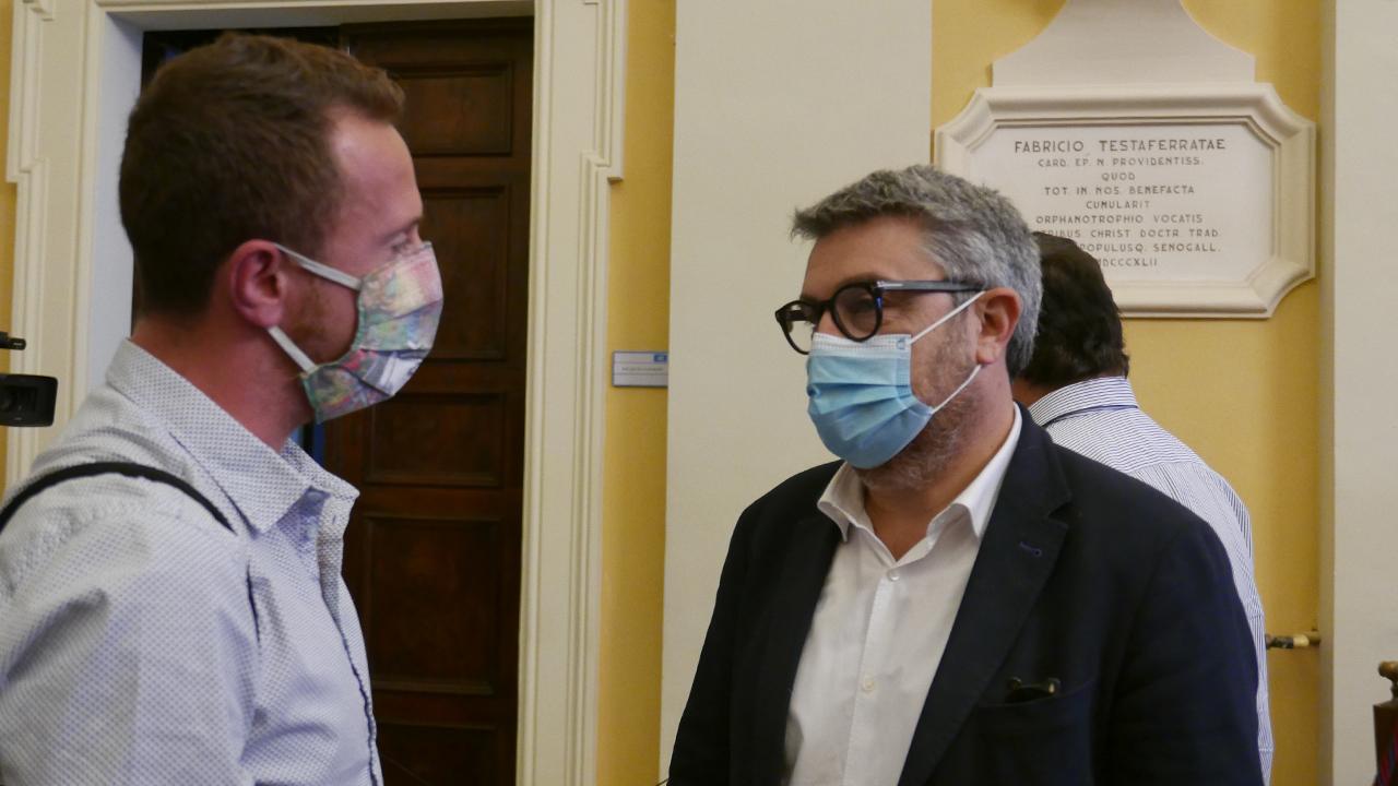 Dario Romano, presidente del consiglio uscente saluta il neo sindaco di Senigallia Massimo Olivetti
