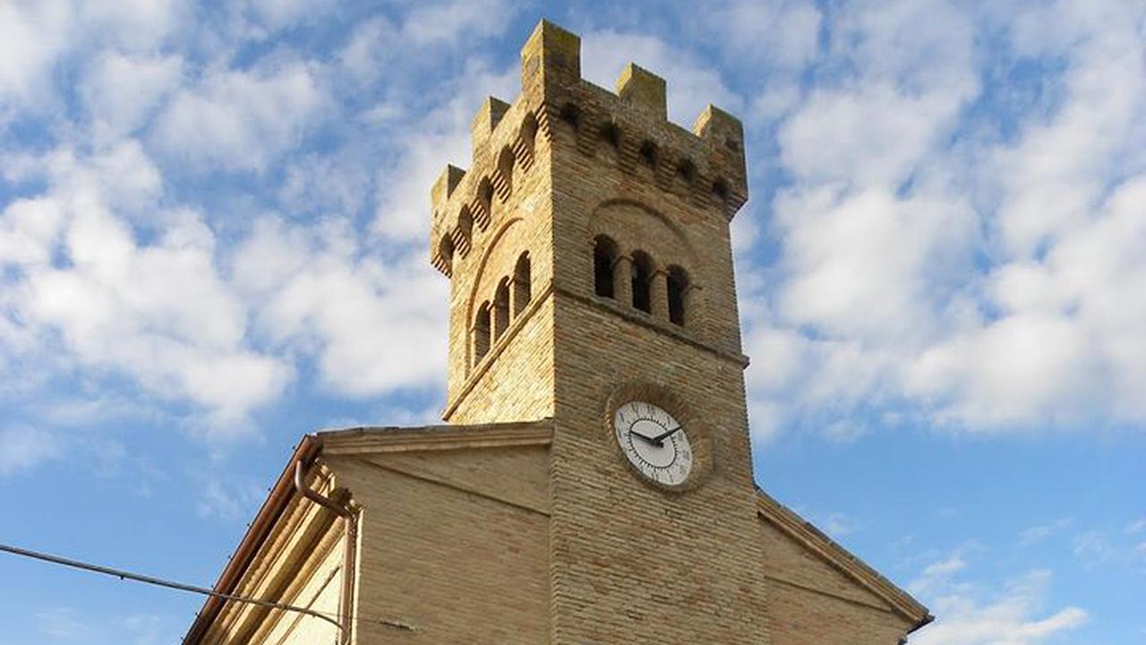 La torre dell'orologio a Castelleone di Suasa, ripartito dopo il sisma 2016