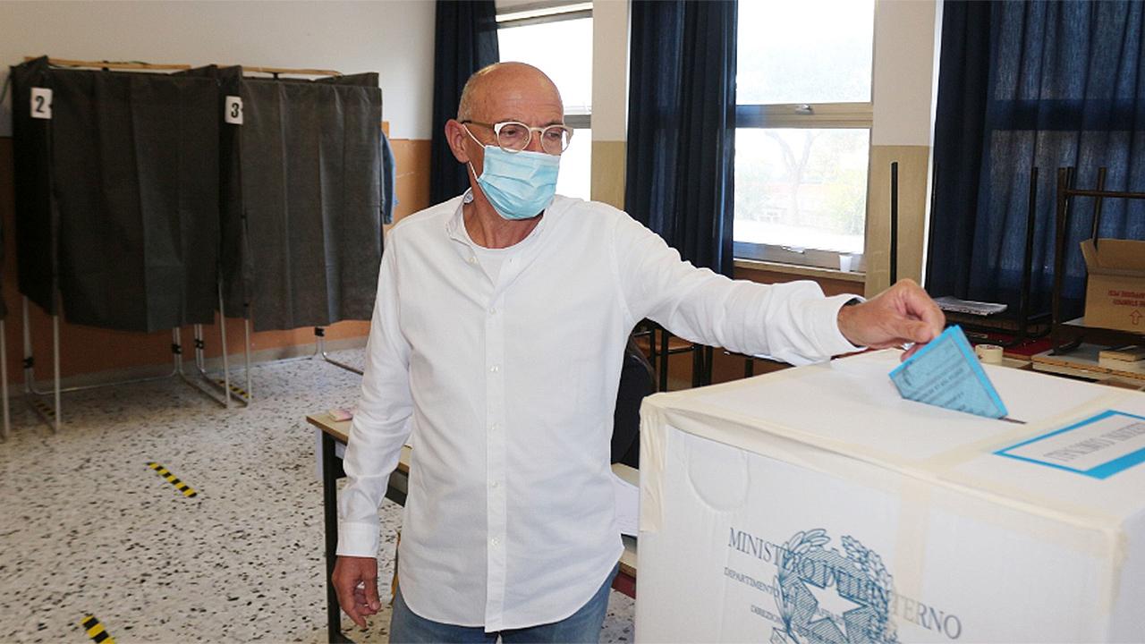 Fabrizio Volpini al momento del voto