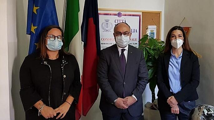 Incontro della presidente del consiglio delle donne Michela Gambelli (a sinistra) con il presidente del consiglio comunale Massimo Bello e con l'assessore alle pari opportunità Cinzia Petetta (a destra)