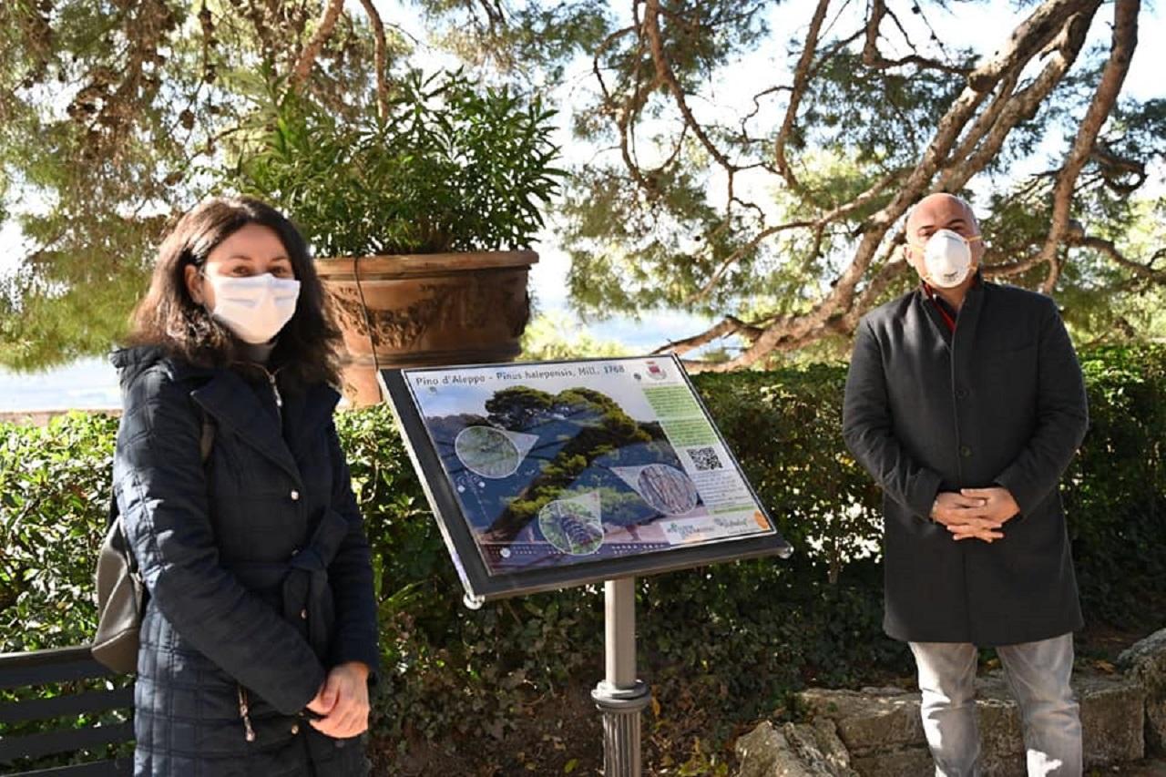 L'assessore all'Ambiente Michela Glorio con il sindaco Simone Pugnaloni accanto al pannello