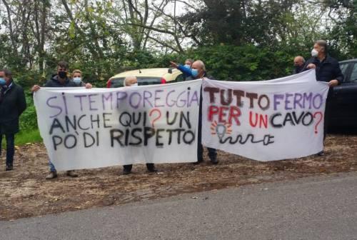 Lavori al cimitero di Gallignano fermi per un cavo da spostare: nuova manifestazione delle frazioni