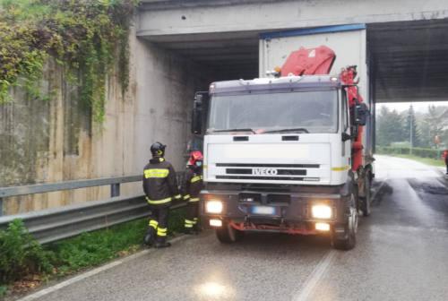 Camion resta incastrato nel sottopasso, strada bloccata per oltre tre ore