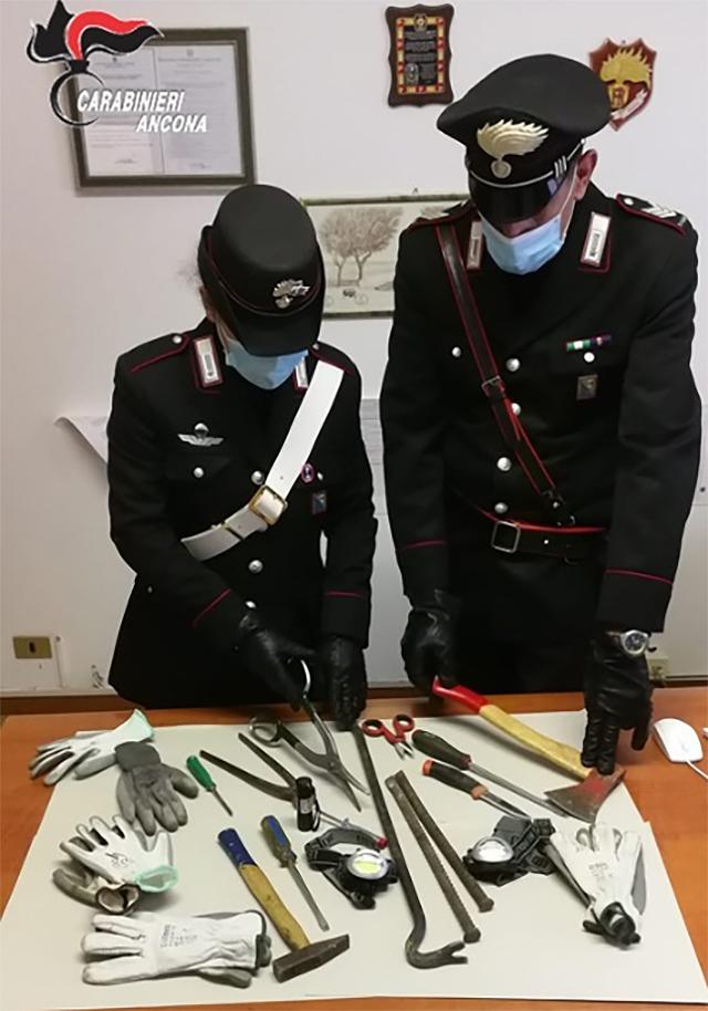 Il materiale sequestrato dai carabinieri a Marzocca di Senigallia