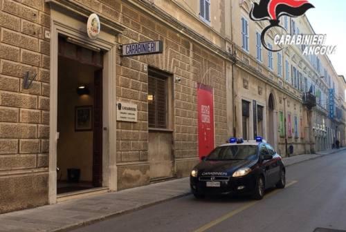 Jesi: collega il tubo di scarico dell'auto all'abitacolo e tenta di uccidersi. Giovane salvato dai carabinieri