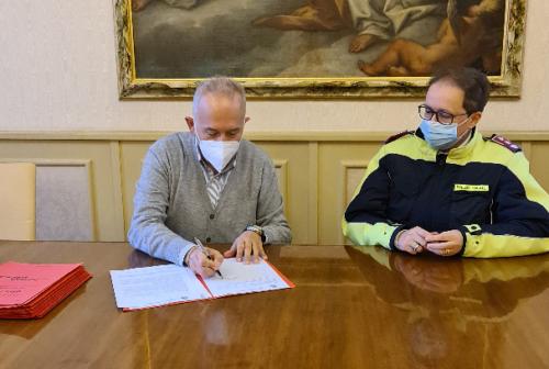 Pistola in dotazione alla Polizia locale di Civitanova. Il sindaco Ciarapica: «Passo decisivo per la sicurezza»