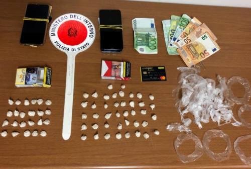 Pesaro, il pusher viaggia in treno ben vestito: arrestato