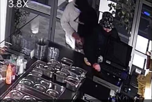 Pesaro, i ladri a caccia del fondocassa vengono ripresi dalle telecamere