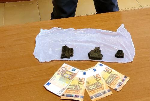 Civitanova, 100 grammi di hashish nascosti nel mobile del soggiorno: 36enne nei guai