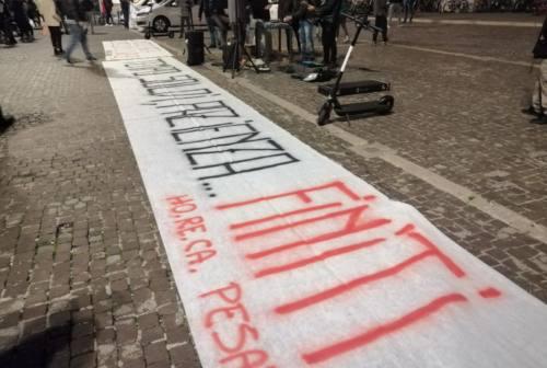Pesaro, tavoli listati a lutto e sit in piazza: «Pazienza e soldi sono finiti»