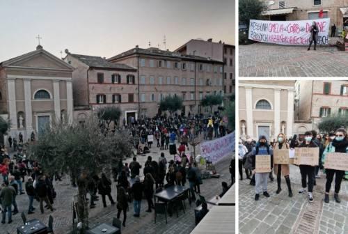 """Macerata, """"Non una di meno"""" scende in piazza contro l'omelia: «Parole aberranti che vanno contro la libertà»"""